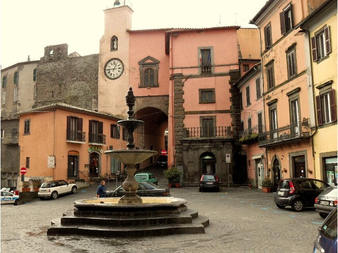 4725802-Continuing_my_love_affair_with_Italian_piazzas_Montefiascone